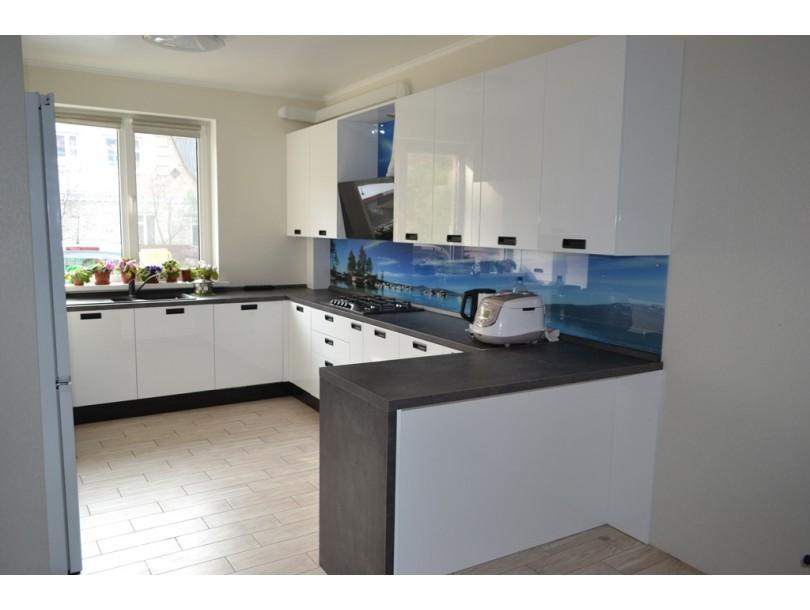 Белая глянцевая кухня с темной столешницей и черными ручками на заказ
