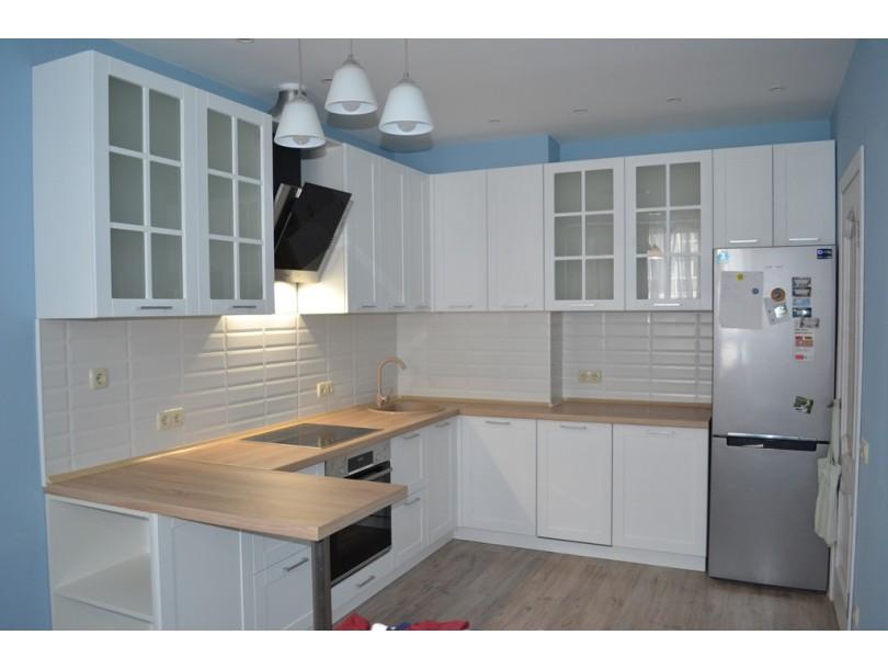 Белая кухня с фрезеровкой на заказ
