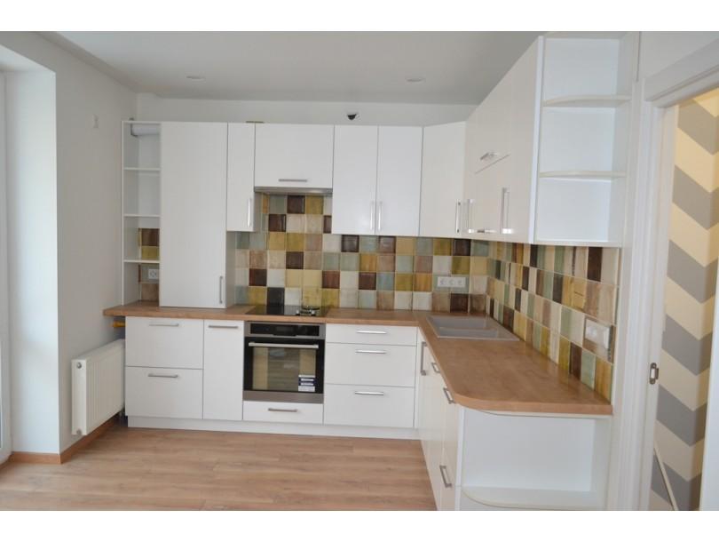 Угловая белая кухня с деревянной столешницей на заказ