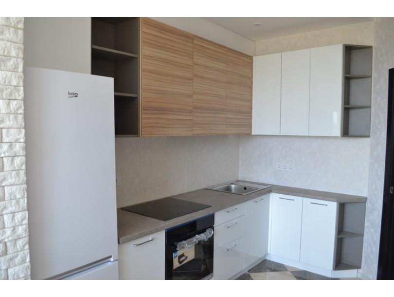 Кухня белый глянец и дерево на заказ