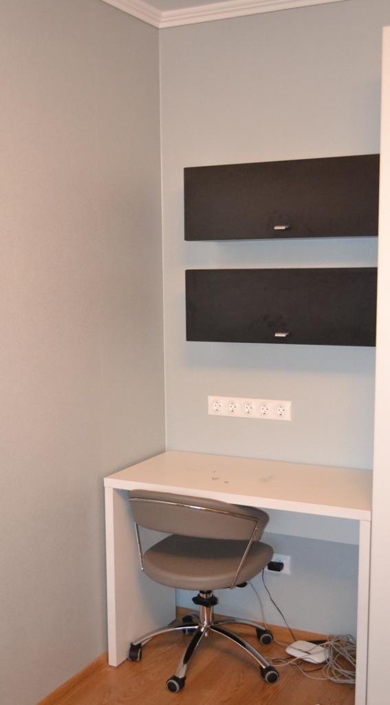 Вузький комп'ютерний стіл для лоджії на заказ