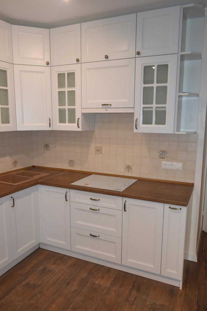 Белая кухня с антресолями на заказ