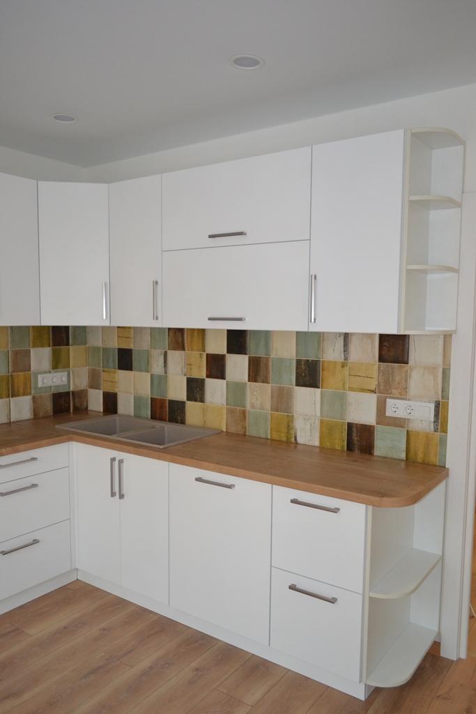 Кутова біла кухня з дерев'яною стільницею на заказ