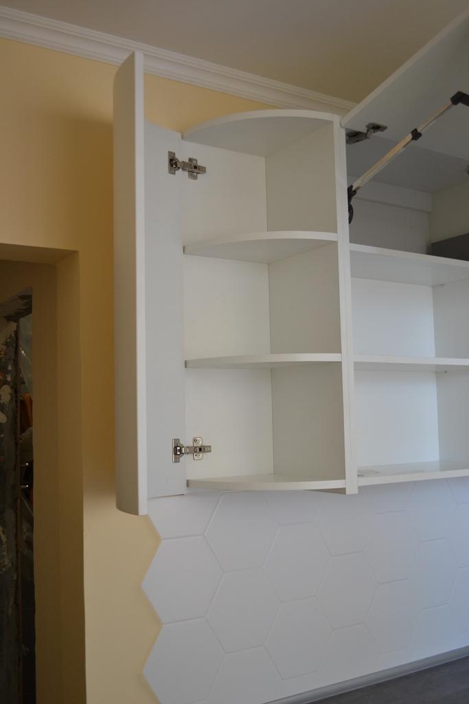 Біла кухня з темною стільницею на заказ