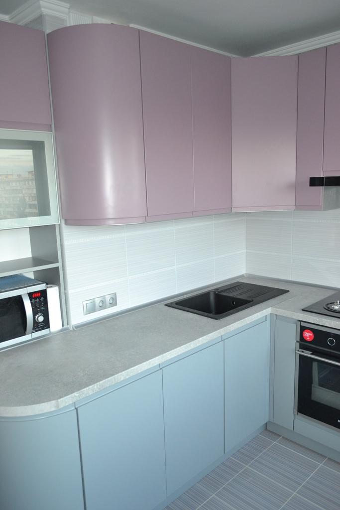 Кухня в рожево-сірих тонах на заказ