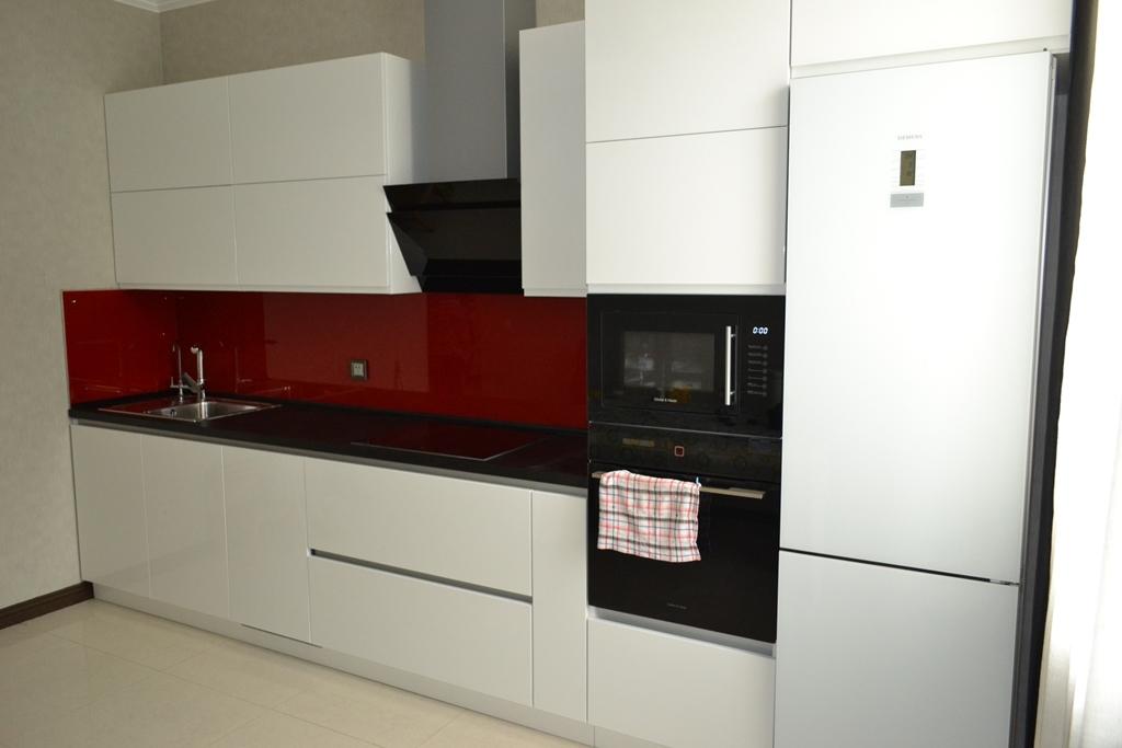 Біла кухня червоний фартух на заказ
