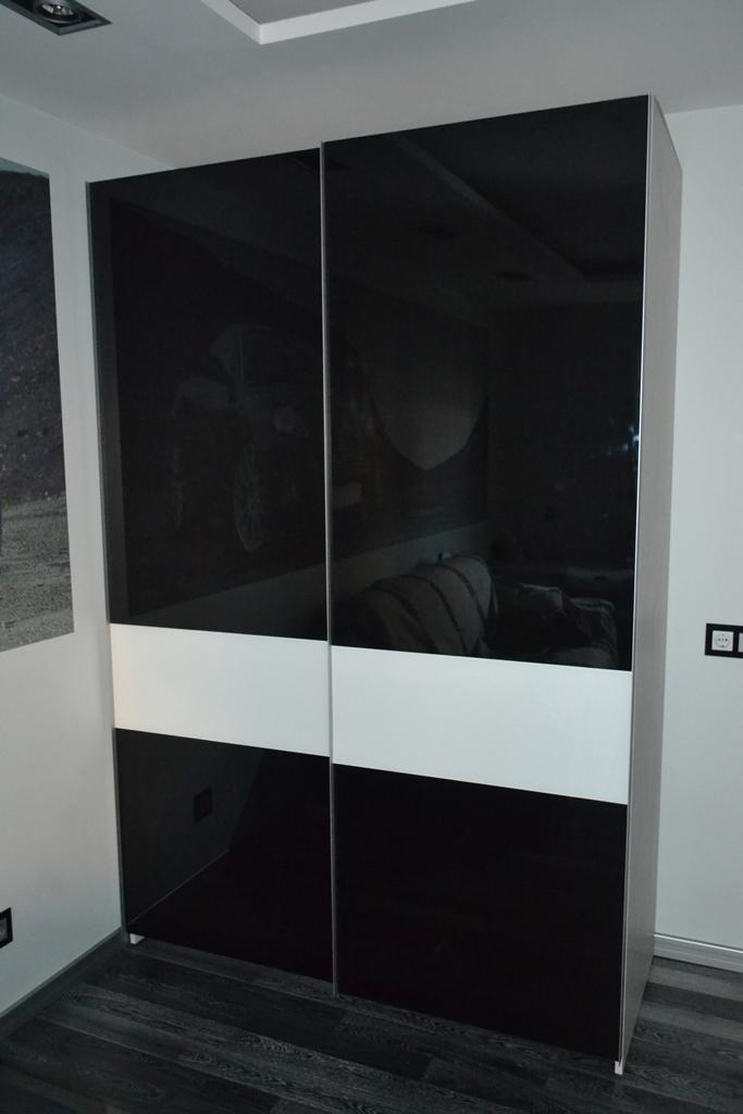 Шкаф-купе с черным стеклом на заказ