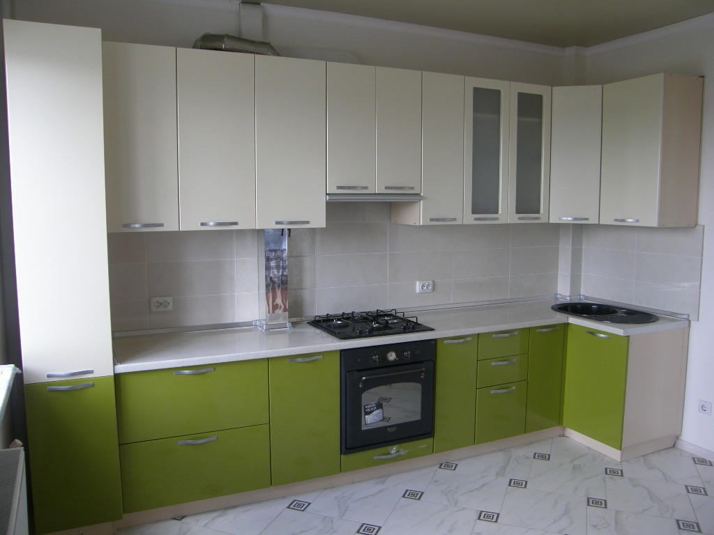 Біло-оливкова кухня на заказ