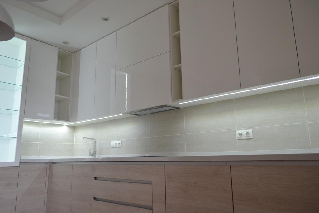 Сучасна кухня під стелю без ручок на заказ