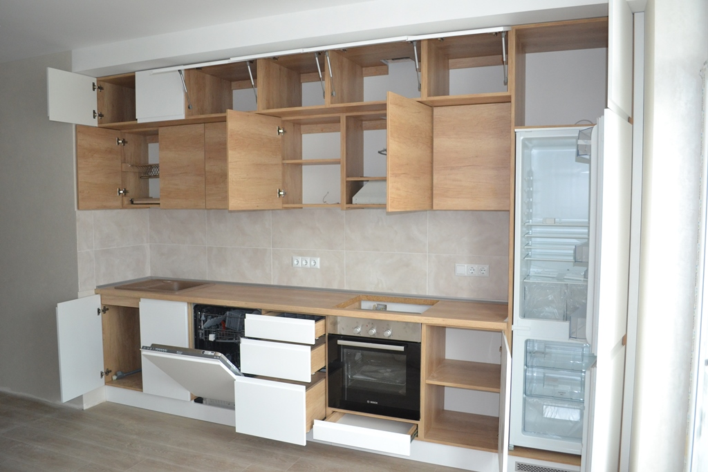 Кухня модерн с антресолями на заказ