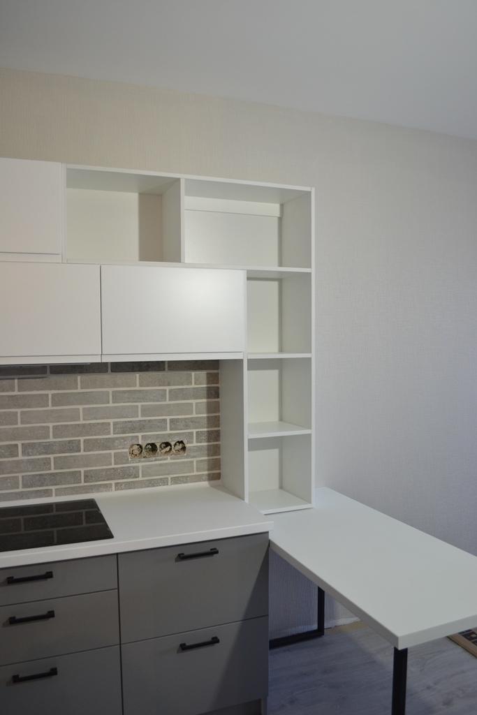 Кухня с антресолями в бело-серых тонах на заказ