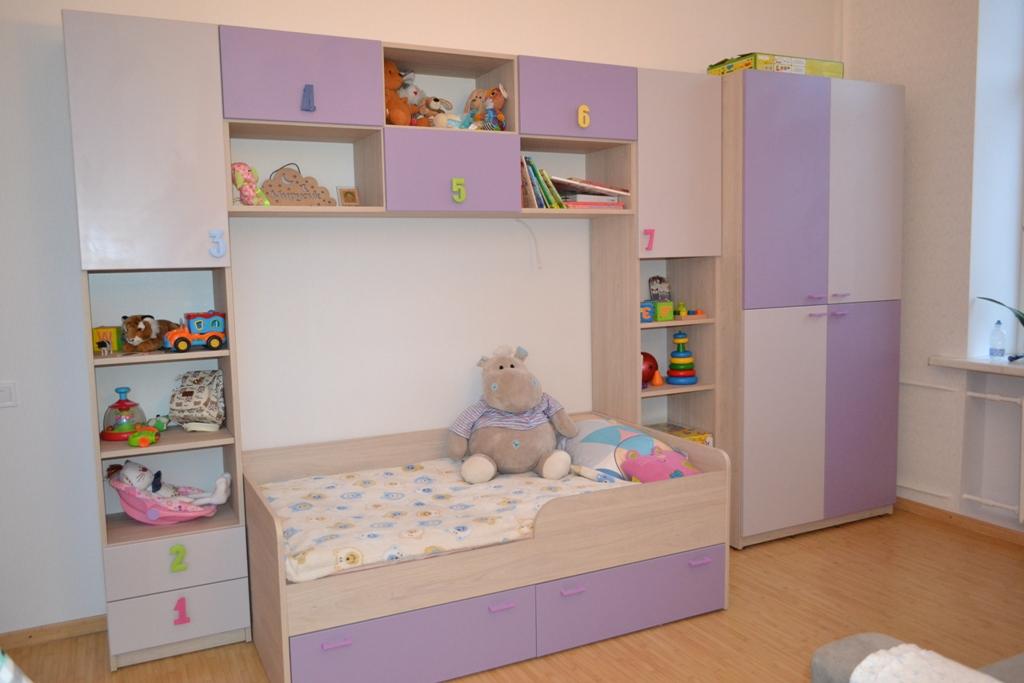 Меблі для дитячої кімнати в фіолетових тонах на заказ